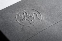 blindprägung des logos auf einen briefumschlag